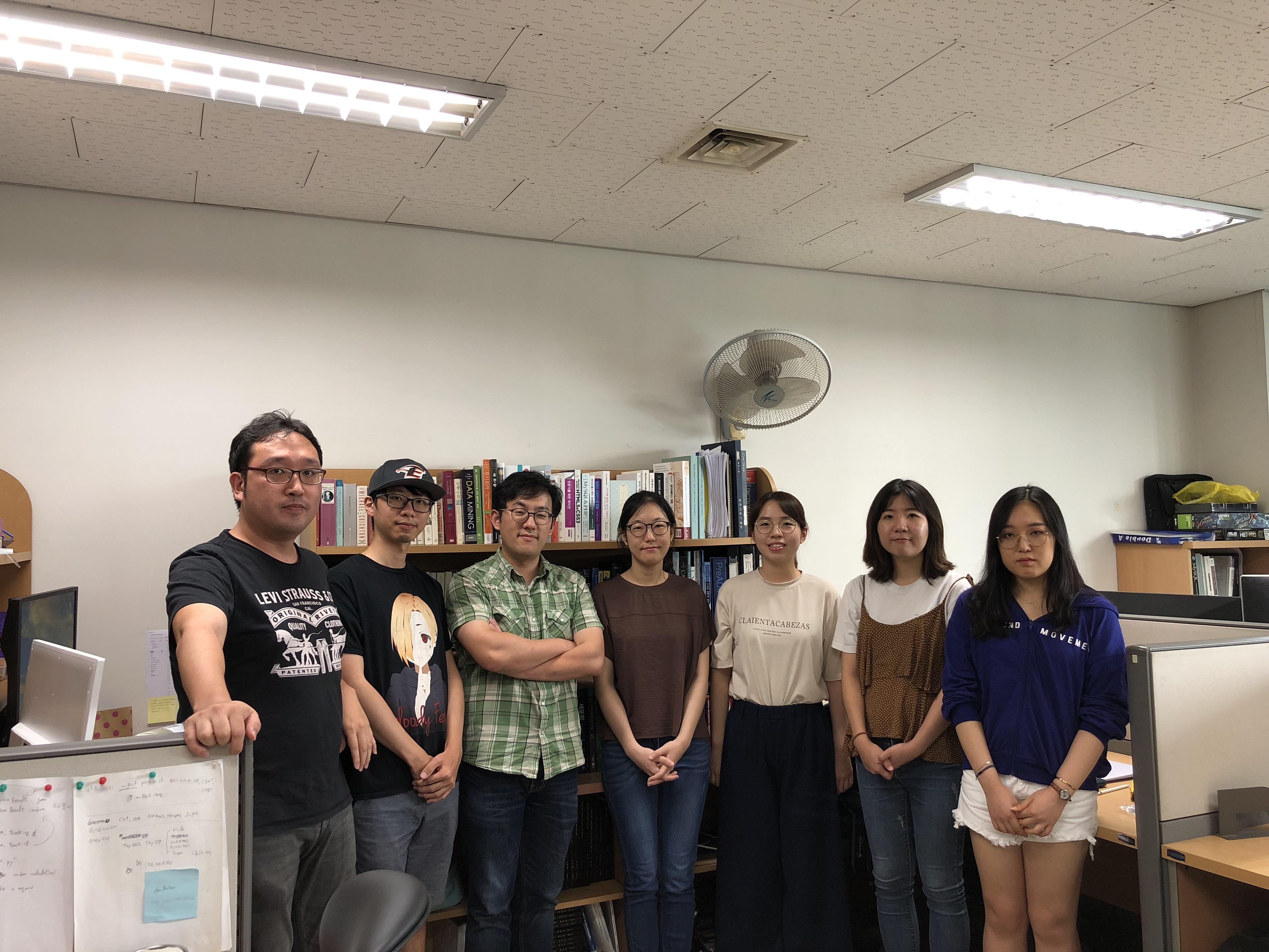 김동섭교수님연구실 단체사진.jpg